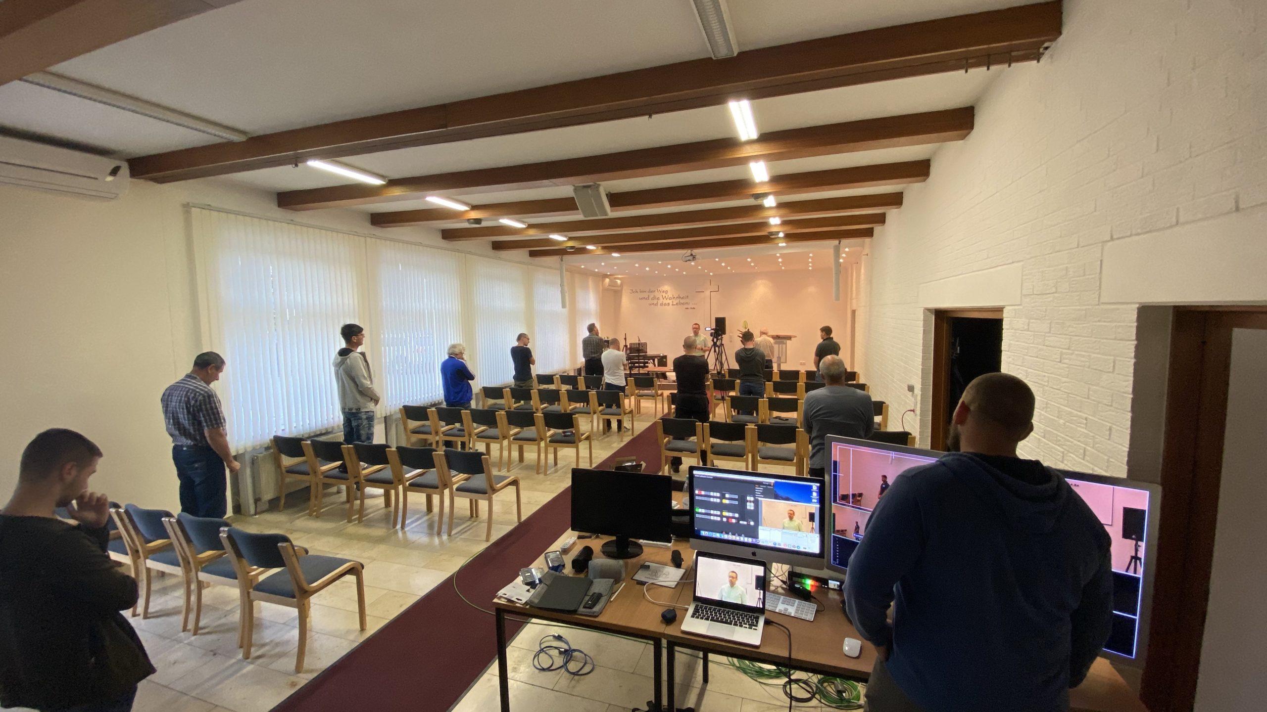 Bild von einem Saal, in dem ein Gottesdienst stattfindet.